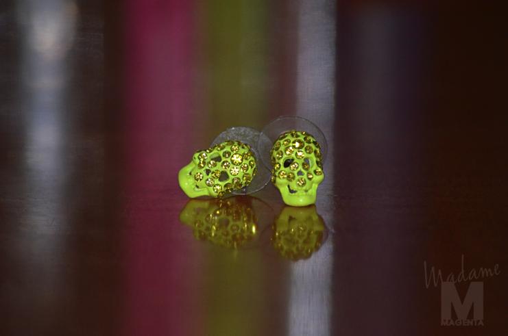 Libertad Pertierra fluo skull earrings